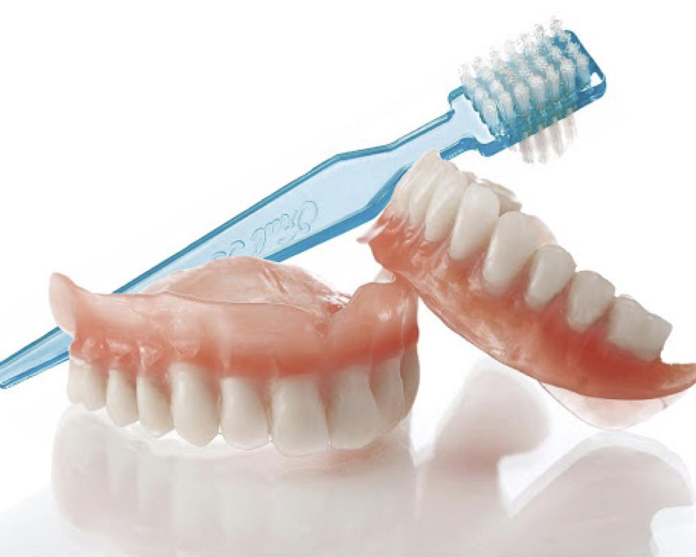 imagen de limpiar una prótesis dental extraíble salud natural one